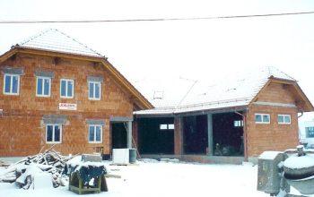 Das Dach trotz bereits dem ersten Schnee.